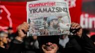 """Proteste in Istanbul vor dem Sitz der regierungskritischen Zeitung """"Cumhuriyet"""" am 2. November 2016. Ein Tag zuvor wurde der Chefredakteur der Zeitung festgenommen."""