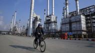 Unternehmen wie Siemens und der Ölkonzern Total fahren ihr Iran-Geschäft zurück.