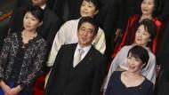 Weitere Rücktritte bringen Abe in Bedrängnis