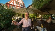 """Weinschänke im Fachwerkhaus: Garten im Lokal """"Laquai"""" in Lorch im Rheingau"""