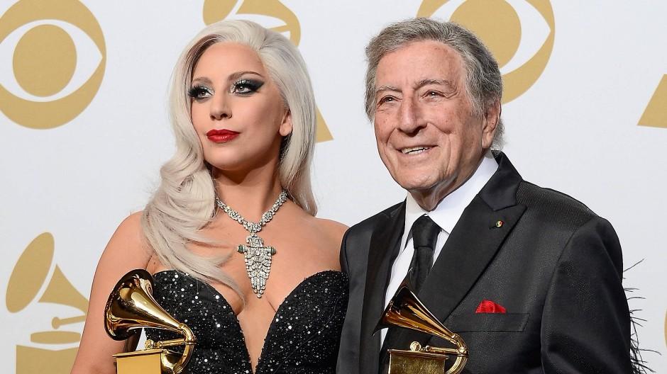 Lady Gaga und Tony Bennett präsentieren ihre Preise bei den Grammy Awards 2015.