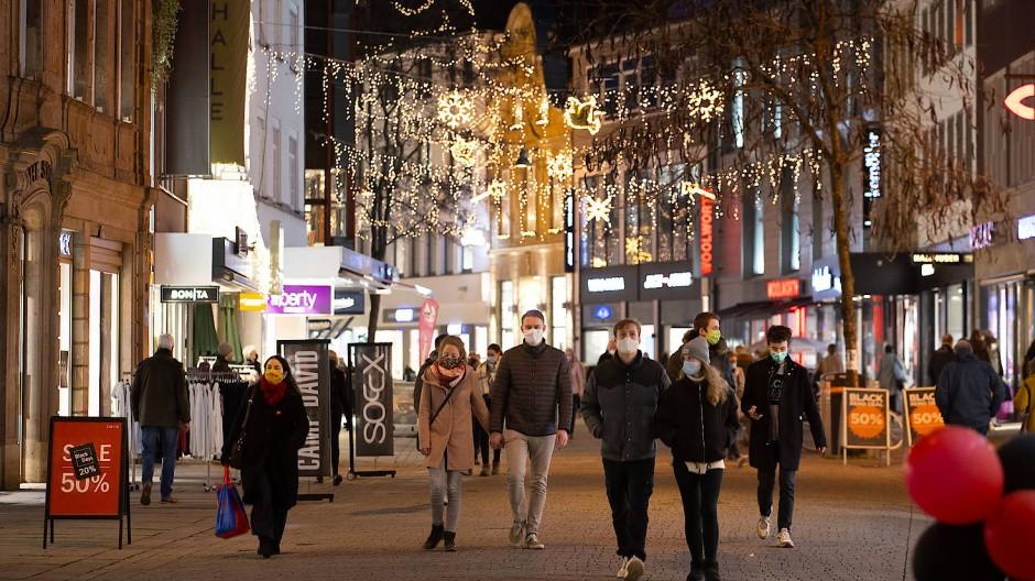 Einkaufen mit Maske in der Einkaufsstraße in der Ösnabrücker Innenstadt