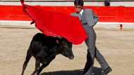 Nachwuchs-Torrero Solal schwingt die Muleta, das rote Stierkampf-Tuch, schon genauso elegant wie seine Vorbilder.