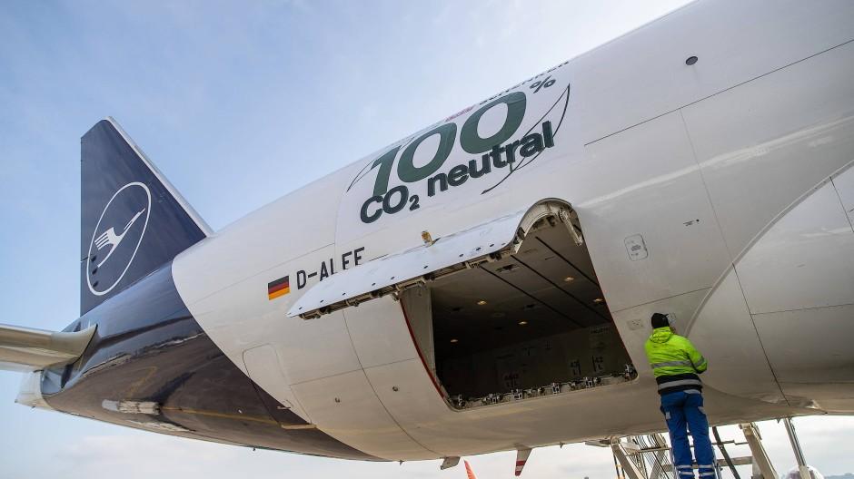 Premiere: Diese Boeing 777 wird am Sonntag klimaneutral nach China fliegen.