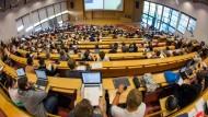 Studierende in einem Hörsaal. Die Elite ist sich in wichtigen Fragen einig