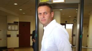 Putin-Kritiker Nawalny zu fünf Jahren Haft auf Bewährung verurteilt
