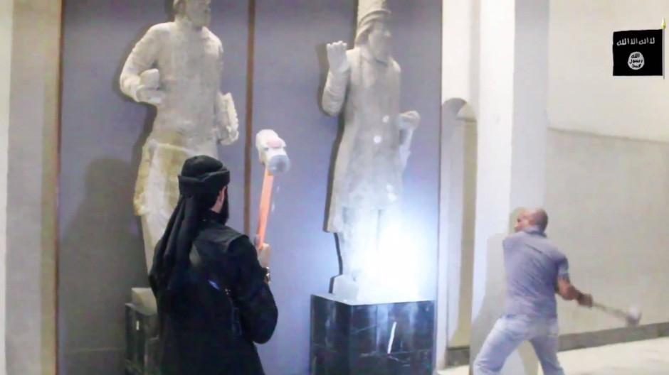 Ein Internetvideo zeigt Anhänger des IS, die Ausstellungsstücke im Museum von Mossul zerstören.