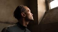 """Auch die Kamera strebt ans Licht: August Diehl verkörpert in Terrence Malicks """"A Hidden Life"""" einen österreichischen Bauern mit Gewissen."""