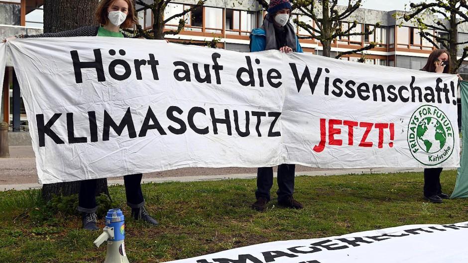 Mitglieder der Karlsruher Gruppe von Fridays for Future halten vor dem Bundesverfassungsgericht am 29. April 2021 ein Transparent.