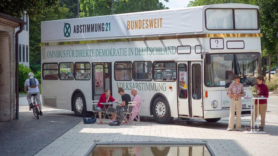 Es summt und brummt: Aber statt Bienen gehört der Bus derzeit den Bürgern.