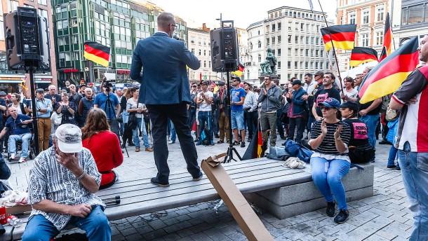 """125 kommen zu """"Merkel muss weg"""" - 10.000 demonstrieren dagegen"""