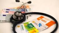 Kassenversicherte müssen für einige Behandlungen noch in die eigene Tasche greifen. Die SPD will das regulieren.