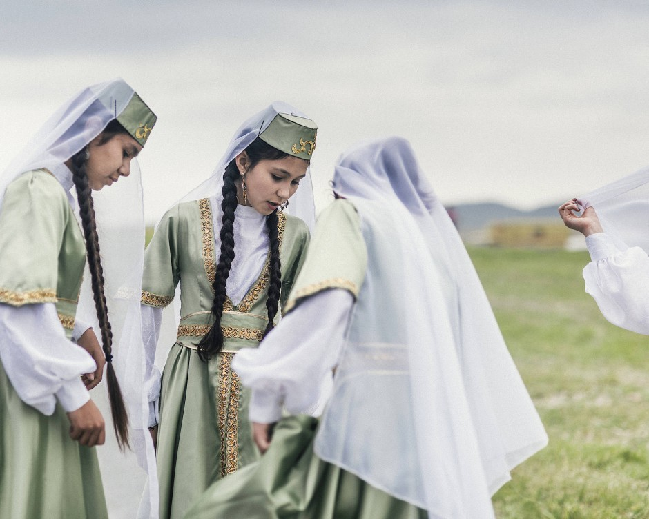 """""""The Silence is the Sound of Fear"""" - Moritz Küstner fotografierte auf der Halbinsel Krim, die nur durch eine schmale Landzunge mit dem ukrainischen Festland verbunden ist. Seit der Annexion durch Russland im März 2014 hat sich die wirtschaftliche Lage der Krim erheblich verschlechtert. Die Haupteinnahmequelle, der Tourismus, ist um fast 50 Prozent eingebrochen. Die neue Staatsgrenze schottet die Halbinsel vom Festland ab, was immer wieder zu Versorgungsengpässen der 2,3 Millionen Krimbewohner/-innen führt. Auch ist die völkerrechtliche Zugehörigkeit der Halbinsel umstritten."""