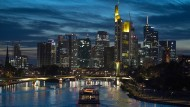 Heimstatt der Banken: Frankfurter Skyline im Abendlicht