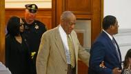 Gebrechlich: Der 78 Jahre alte Comedian Bill Cosby verlässt, gestützt auf einen Begleiter, den Gerichtssaal in Norristown.