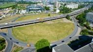 Größter Kreisel der Republik: Als der Kaiserlei-Kreisel vor 50 Jahren in Offenbach gebaut wurde, setzte er neue Maßstäbe. Heute hätte man ihn gerne eine Nummer kleiner, dafür aber effizienter. Ein Umbau soll beides ermöglichen.