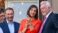Doppelte Charmeoffensive: FDP-Parteichef Christian Lindner und sein Stellvertreter Wolfgang Kubicki (beide FDP) am Donnerstag mit der Grünen-Vorsitzenden Katrin Göring-Eckhardt