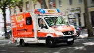 Keine Zeit für Umleitungen: Ein Fahrzeug des Arbeiter-Samariter-Bundes in Frankfurt. (Symbolbild)