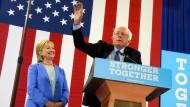 Ein Strahlen, das Bände spricht: Hillary Clinton kann Bernie Sanders' Unterstützung gut gebrauchen.