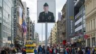 Checkpoint Charlie: Monument der deutsch-deutschen Teilung und Sinnbild der gescheiterten Hoffnungen der neunziger Jahre