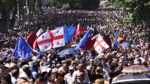 Zehntausende protestieren gegen georgischen Präsidenten