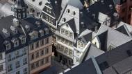 Die Neue Frankfurter Altstadt vom Dom aus gesehen auf die verschieferten Dächer mit seinen historisch Gassen und Plätzen.