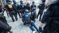 Polizisten sichern eine Demonstration in Frankfurt am Main ab.