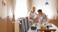 Frau Grafl und ihre Mutter im Essszimmer der Familie, wo sie viel Zeit gemeinsam verbringen.