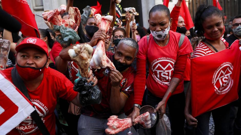 Die Arbeiterbewegung der Obdachlosen in Brasilien (MTST) protestiert vor der brasilianischen Börse mit Knochen gegen den Hunger.