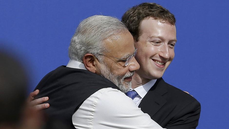 Indiens Premier Narendra Modi und Facebook-Gründer Mark Zuckerberg umarmen sich 2015 bei einem Auftritt in der Konzernzentrale im kalifornischen Menlo Park.