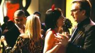 """Wenn es im Büro funkt: Heike Makatsch und Alan Rickman kommen sich in der Hollywood-Komödie """"Tatsächlich… Liebe"""" näher."""