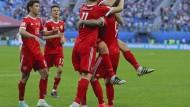 Russlands Spieler bejubeln das Tor zum 2:0.