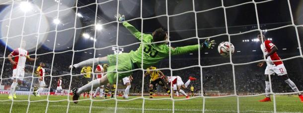 Fünf Tore im Freitagabendspiel: hier trifft Dortmunds Sokratis zum 2:0 gegen Augsburg