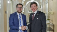 Der schwedische Parlamentspräsident Andreas Norlen (r), trifft sich mit dem Parteivorsitzenden der rechten Schwedendemokraten, Jimmie Akesson.