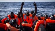 Afrikanischen Flüchtlinge wagen oft die gefährliche Reise über das Mittelmeer mit dem Schlauchboot.