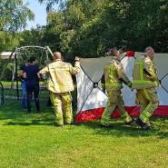 Einsatzkräfte stehen im niederländischen Assen auf einem Spielplatz, auf dem ein Mann getötet wurde