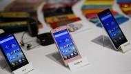 Sehen auch nicht anders aus als andere Smartphones: Xiaomi-Modelle bei einer Produktpräsentation