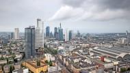 Im Frankfurter Bankenviertel wird spitz gerechnet:  Wie viel Eigenkapital ginge in einer Krise verloren?