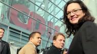 Andrea Nahles auf dem Weg zu den Koalitionsverhandlungen, in denen sie höhere Steuern durchsetzen will.