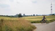 Schöner wohnen auf dem Lande: Noch verspricht eine Radtour durch die Felder beiderseits der A5 Erholung.