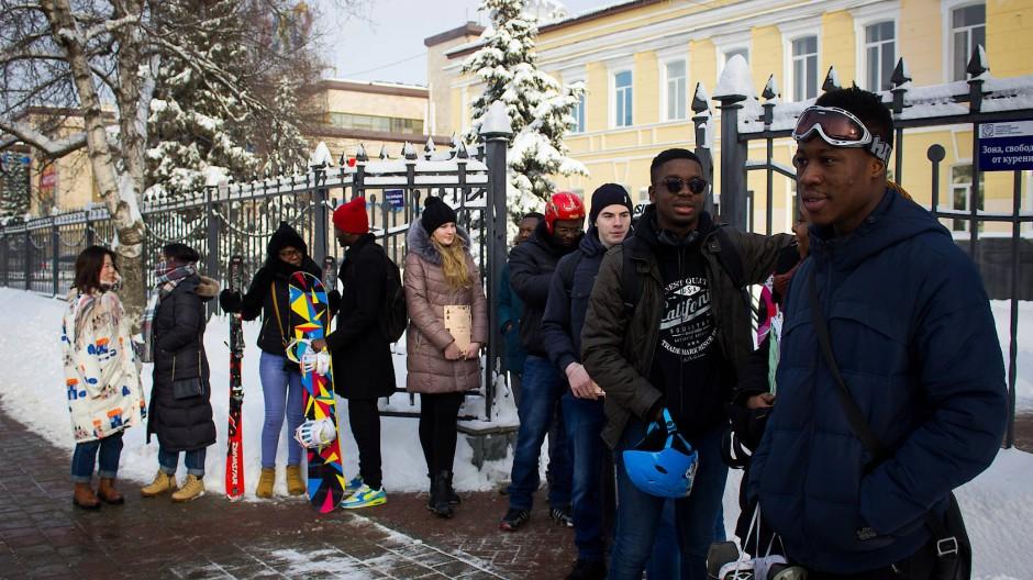 Der russische Winter kann Spaß machen: Indische Studenten vor dem Universitätsgebäude von Tambow