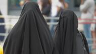 Zwei verschleierte Frauen in Frankfurt am Main: Ausdruck von Bedrohung oder Toleranz?