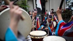 Japaner feiern ihren neuen Kaiser Naruhito