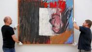 """Baselitz-Bild """"Blick aus dem Fenster"""" in den Kunstsammlungen Chemnitz im vergangenen Juli. Zwei Leihgaben von Baselitz wurden damals aus der Ausstellung genommen. Der aus Sachsen stammende Maler und Bildhauer hatte kurz zuvor im Zuge des umstrittenen Kulturgutschutzgesetzes seine Leihgaben aus deutschen Museen zurückgefordert."""