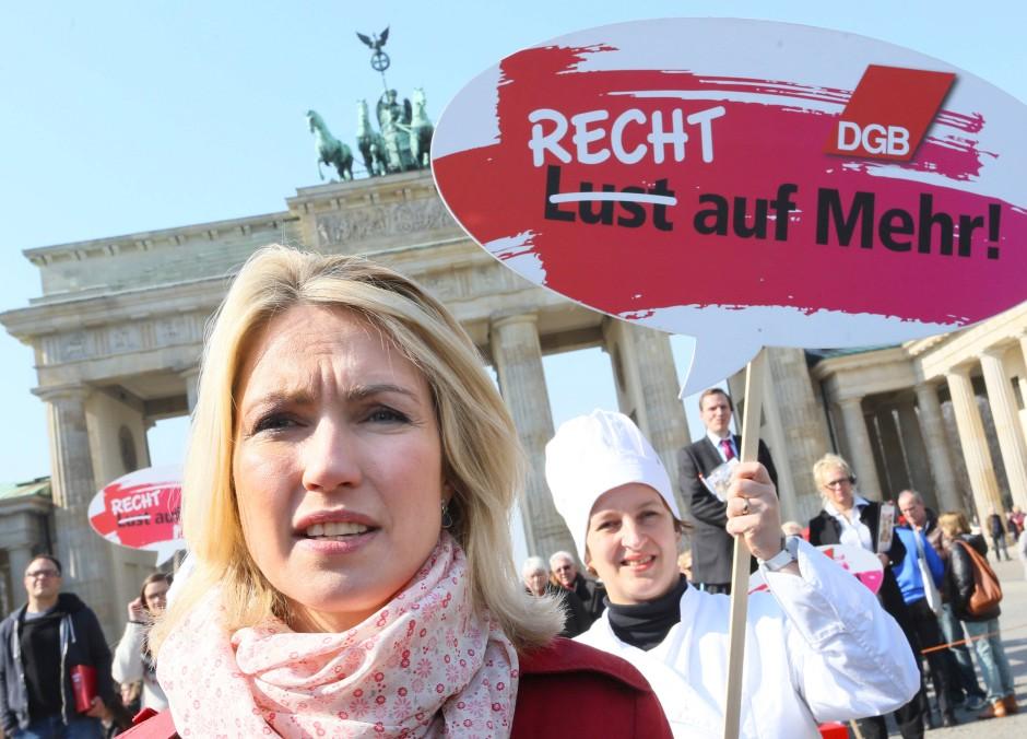 """Bundesfamilienministerin Manuela Schwesig (SPD) spricht am 20.03.2015 am Brandenburger Tor in Berlin anlässlich des """"Equal Pay Day""""."""