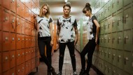 """Drei Models in T-Shirts des Modelabels """"Grubenhelden"""", fotografiert in den Waschräumen der stillgelegten Zeche Auguste Victoria in Gelsenkirchen"""