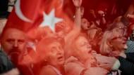 Aufgeheizte Stimmung am Bosporus: Die Anhänger von Ekrem Imamoglu protestieren in Istanbul gegen die Wahlwiederholung.