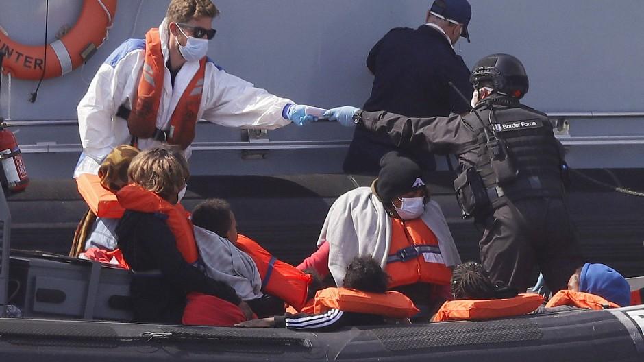 Dover: Migranten in einem Schiff des britischen Grenzschutzes