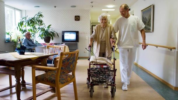 Altenpfleger Thomas Lamp bei der Arbeit