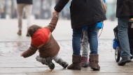 Vorsicht: Ein Kind rutscht am Jungfernstieg in Hamburg wegen starker Glätte aus.
